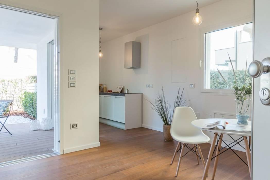 Home Staging per la vendita a Milano Marittima: Sala da pranzo in stile in stile Minimalista di Anna Leone Architetto Home Stager