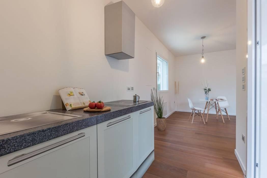 Home Staging per la vendita a Milano Marittima: Cucina in stile in stile Minimalista di Anna Leone Architetto Home Stager