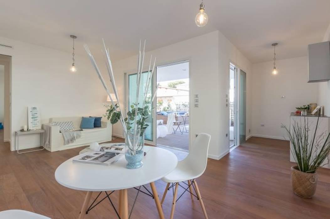 Home Staging per la vendita a Milano Marittima: Sala da pranzo in stile  di Anna Leone Architetto Home Stager