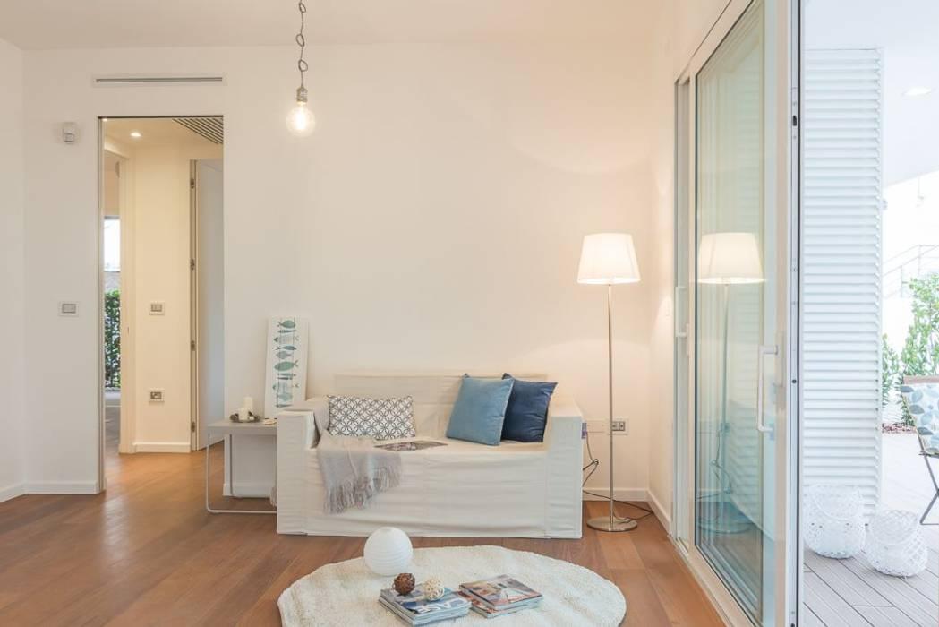 Home Staging per la vendita a Milano Marittima: Soggiorno in stile  di Anna Leone Architetto Home Stager