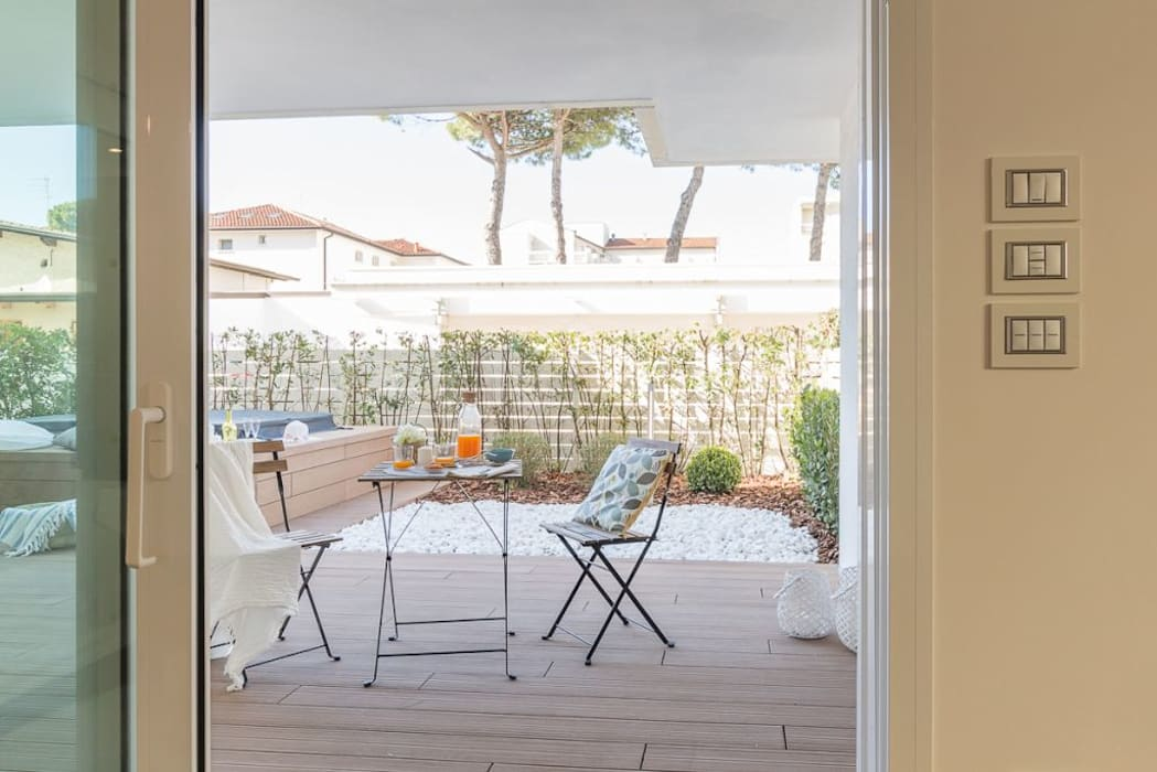 Home Staging per la vendita a Milano Marittima: Giardino in stile  di Anna Leone Architetto Home Stager