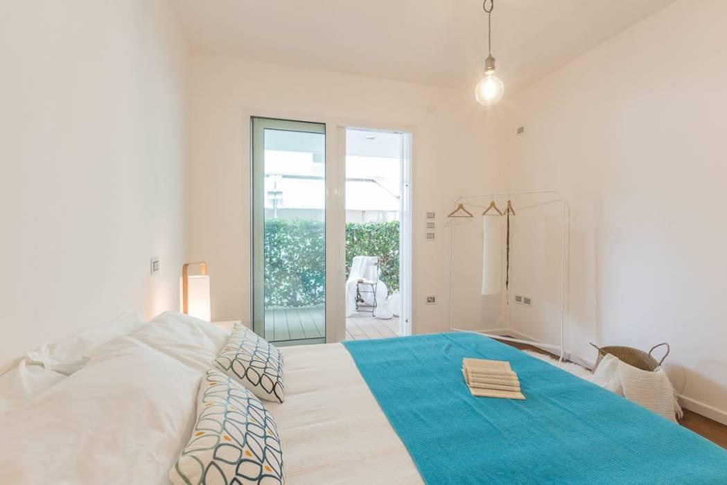 Home Staging per la vendita a Milano Marittima: Camera da letto in stile in stile Minimalista di Anna Leone Architetto Home Stager