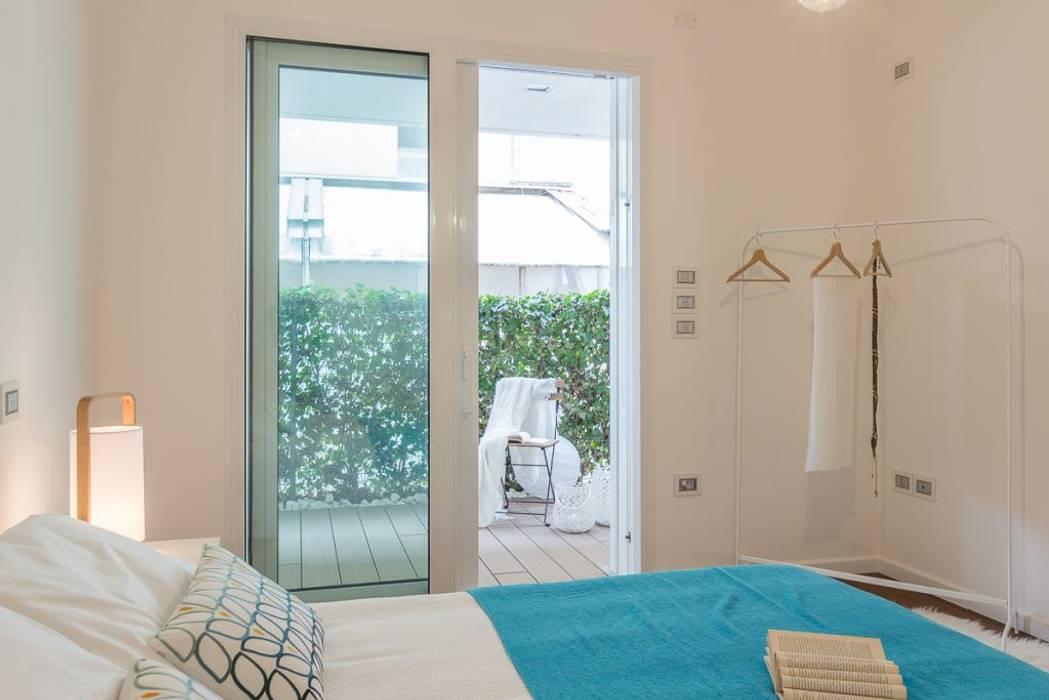 Home Staging per la vendita a Milano Marittima: Camera da letto in stile  di Anna Leone Architetto Home Stager