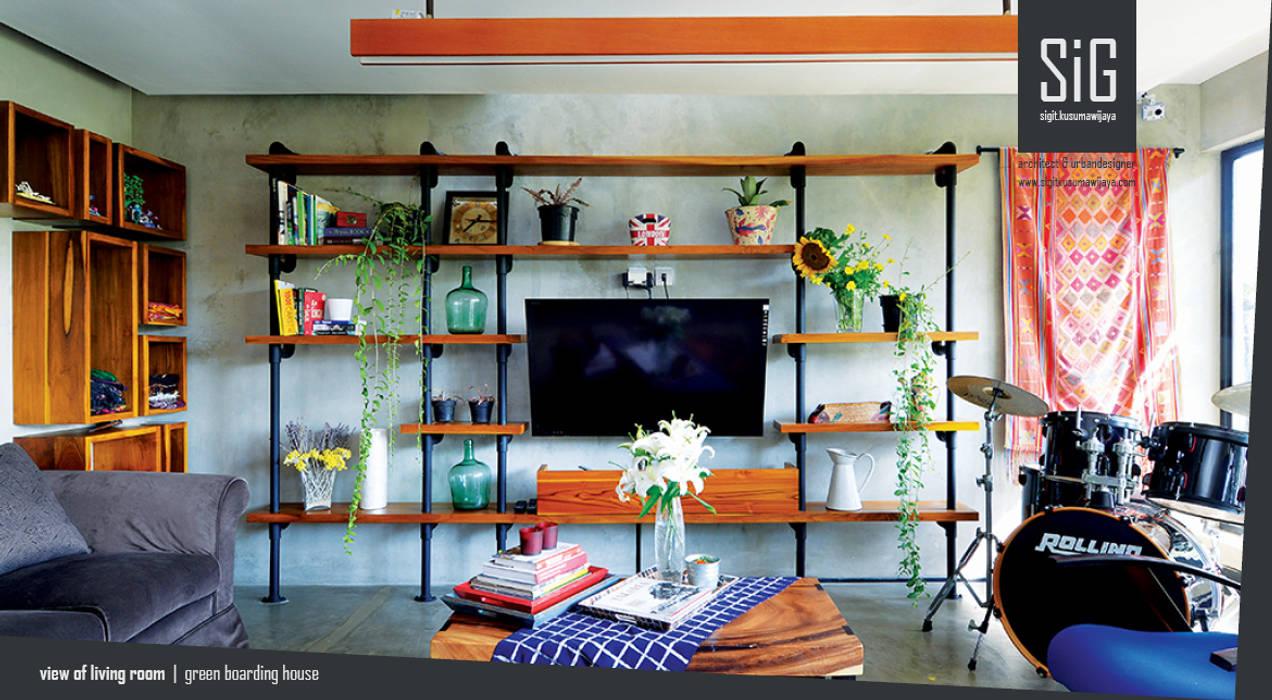 Rumah Beranda - Green Boarding House: Ruang Keluarga oleh sigit.kusumawijaya | architect & urbandesigner,
