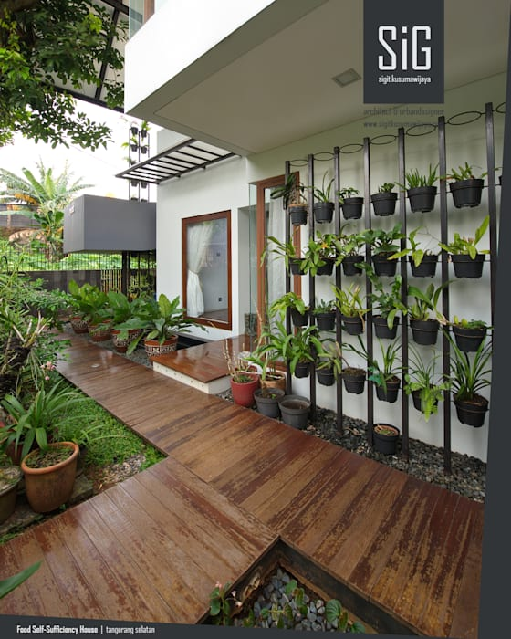 Rumah Kebun Mandiri Pangan (Food Self-Sufficiency House) sigit.kusumawijaya | architect & urbandesigner Balkon, Beranda & Teras Minimalis Kayu Brown