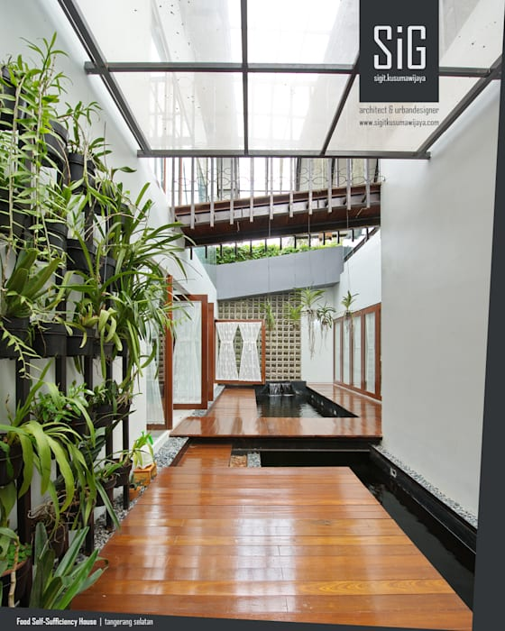 Rumah Kebun Mandiri Pangan (Food Self-Sufficiency House): Teras oleh sigit.kusumawijaya | architect & urbandesigner,