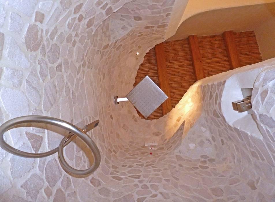 vista dettaglio doccia: Bagno in stile in stile Mediterraneo di Alfredo Pulcrano