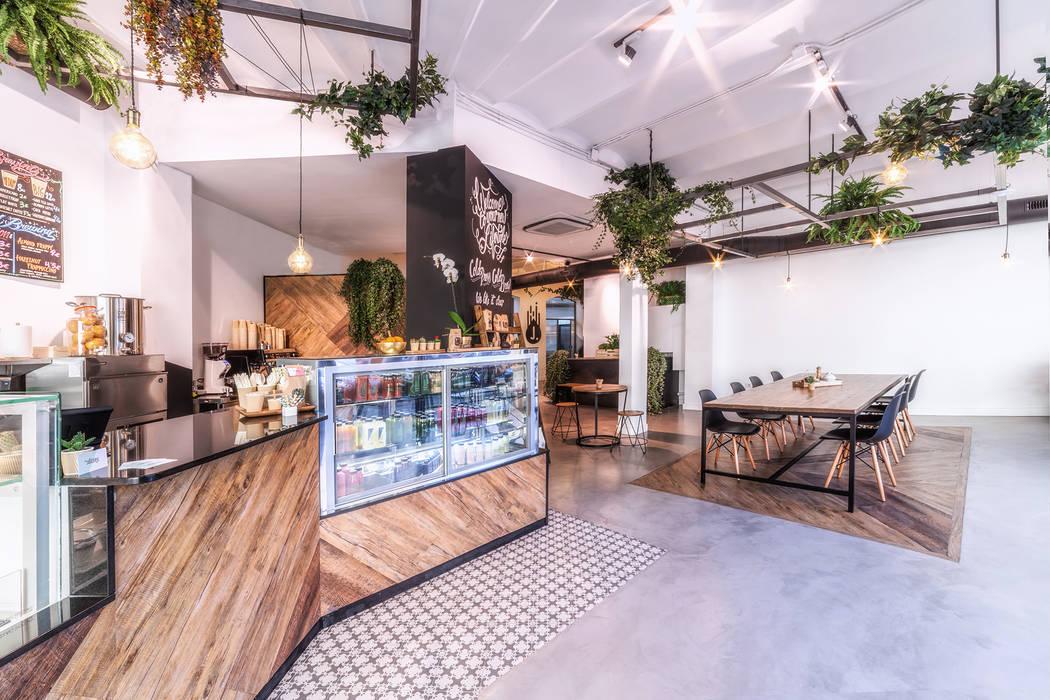 Barra y vitrina del local: Oficinas y tiendas de estilo  de LaBoqueria Taller d'Arquitectura i Disseny Industrial