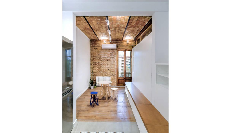 Pasillo cocina hacia el salón : Comedores de estilo  de LaBoqueria Taller d'Arquitectura i Disseny Industrial