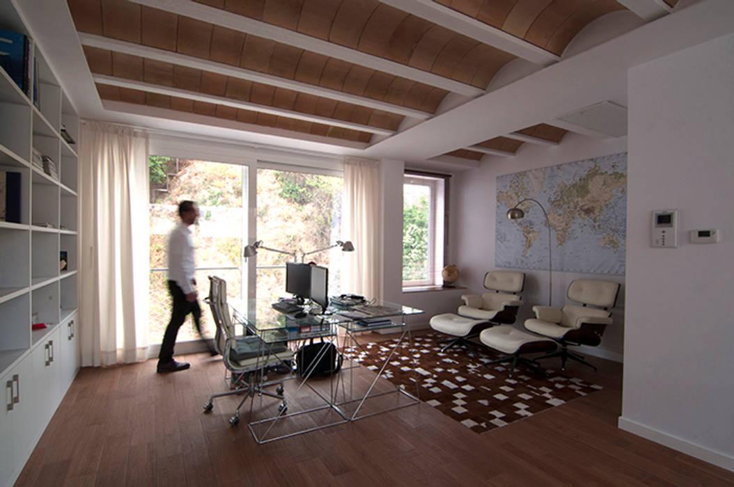 Habitación, Despacho , que ahora sirve de salón: Estudios y despachos de estilo  de LaBoqueria Taller d'Arquitectura i Disseny Industrial