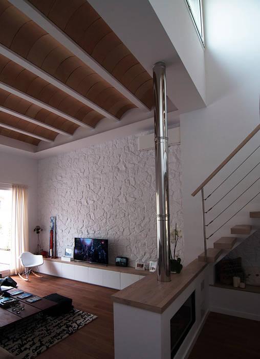 Otro plano del Salón Salones de estilo moderno de LaBoqueria Taller d'Arquitectura i Disseny Industrial Moderno Madera Acabado en madera