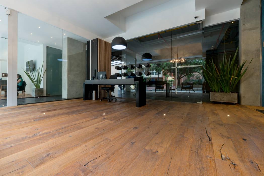 Lobby edificio F93 en Bogota de Pisos Millenium Moderno Madera Acabado en madera