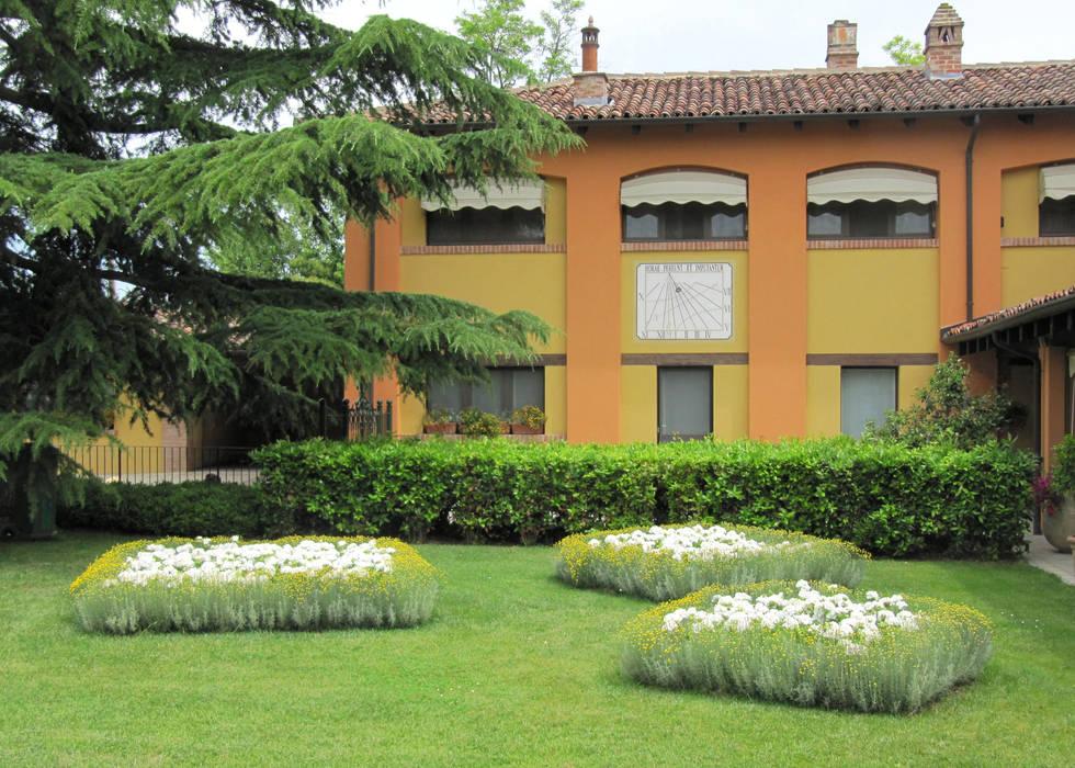 ACCENTI FUCSIA: Giardino in stile  di MASSIMO SEMOLA PROGETTAZIONE GIARDINI MILANO