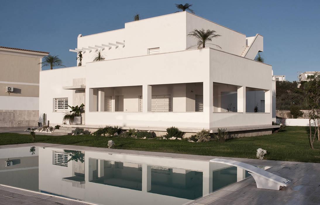 Esterni con piscina: Villa in stile  di manuarino architettura design comunicazione