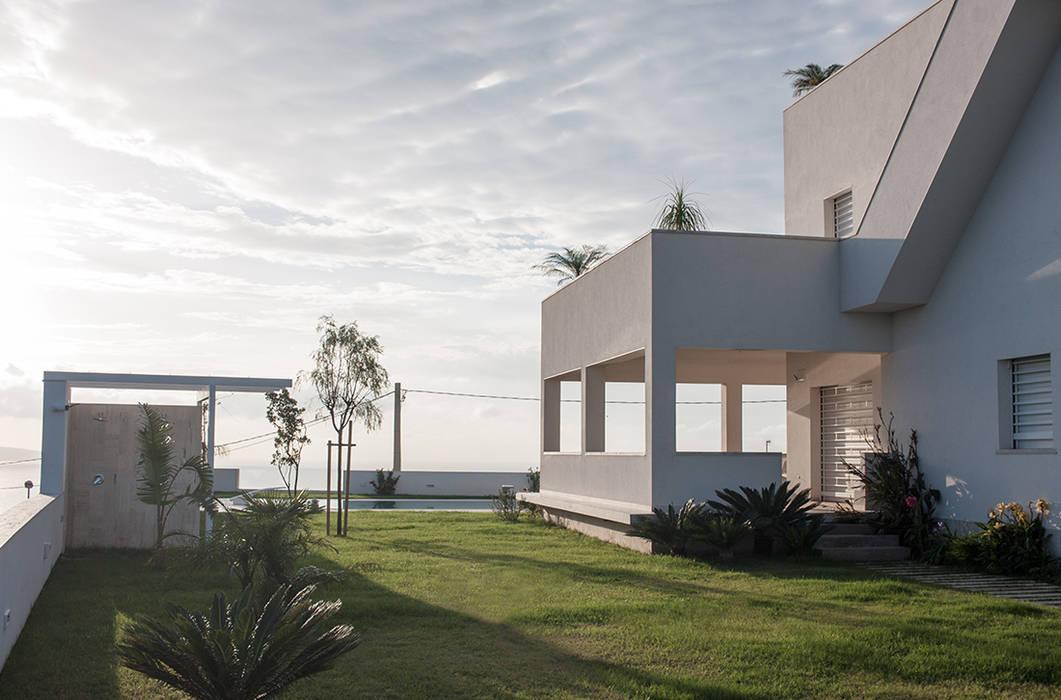 Vista laterare : Giardino anteriore in stile  di manuarino architettura design comunicazione