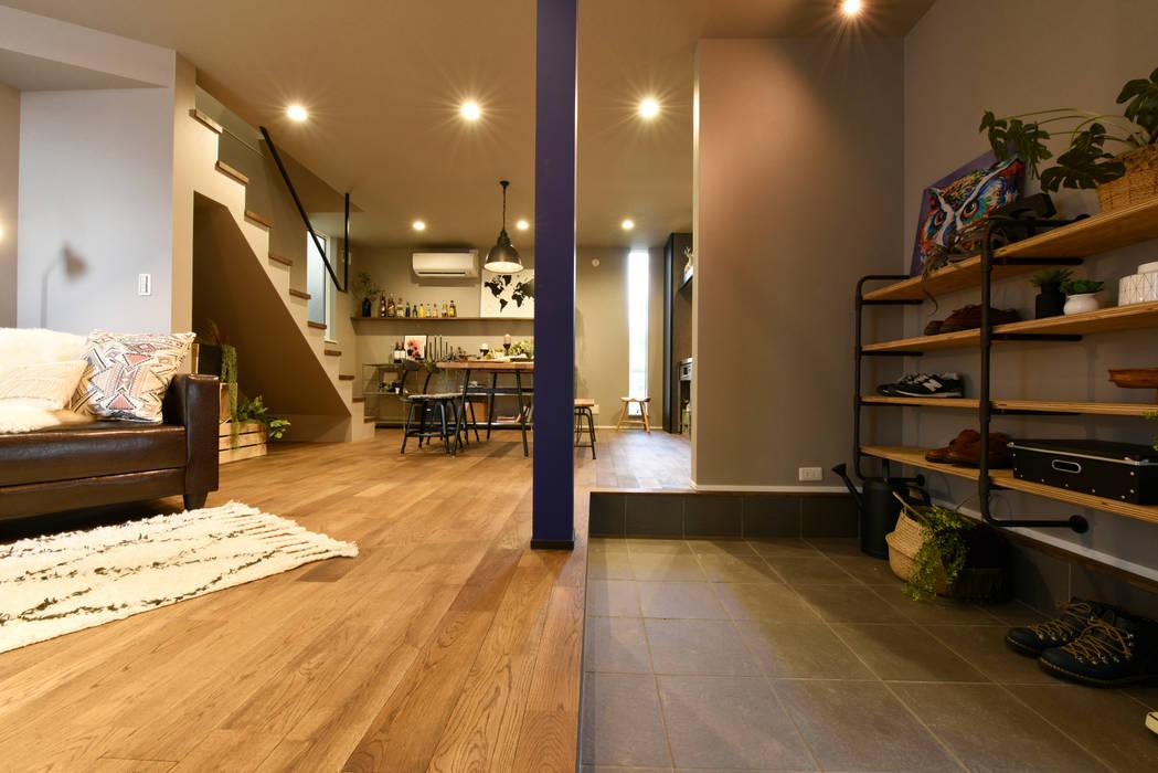 土間と繋がるLDK: タイコーアーキテクトが手掛けた廊下 & 玄関です。
