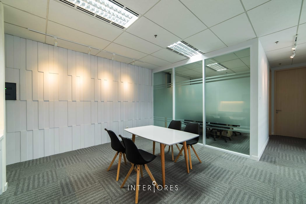 Area Diskusi/ Casual Meeting/ Ruang Makan Kantor & Toko Modern Oleh INTERIORES - Interior Consultant & Build Modern Kayu Lapis