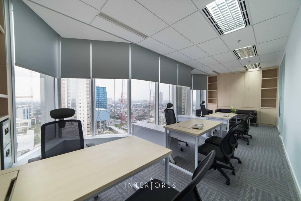 Ruang Direksi Kantor & Toko Modern Oleh INTERIORES - Interior Consultant & Build Modern Kayu Lapis