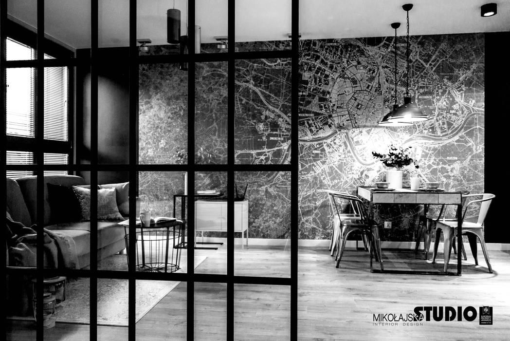 Salon widziany z sypialni Industrialna jadalnia od MIKOŁAJSKAstudio Industrialny