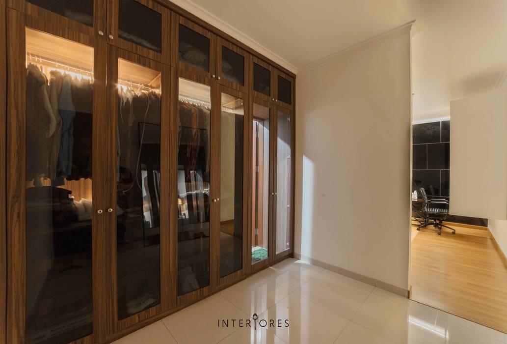 Kamar 3 - Lemari Pakaian: Ruang Ganti oleh INTERIORES - Interior Consultant & Build, Modern