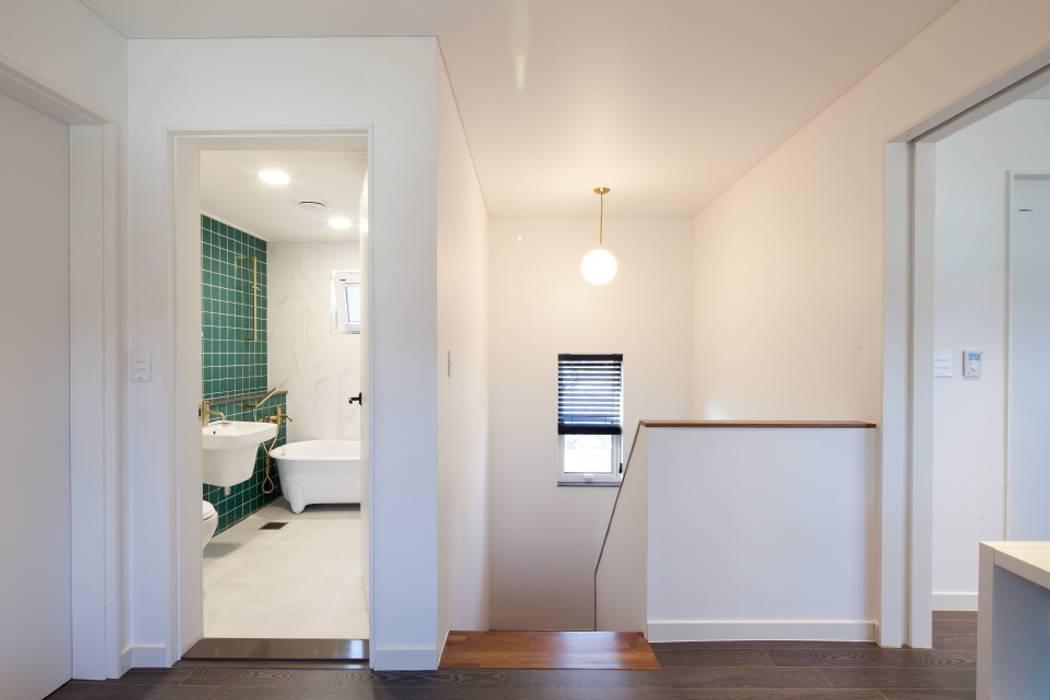 2층 계단 옆 화장실: 위드하임의  욕실,모던