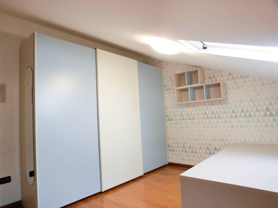L'armadio scorrevole: Camera da letto in stile  di Spaziojunior
