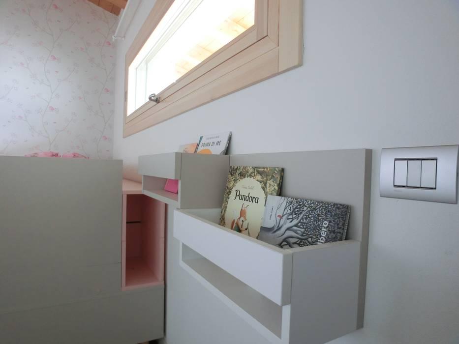 La libreria: Camera da letto in stile in stile Moderno di Spaziojunior