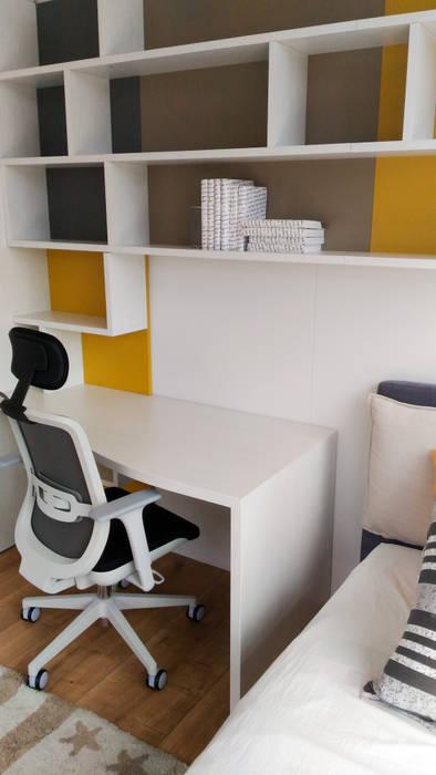 La scrivania: Cameretta in stile  di Spaziojunior