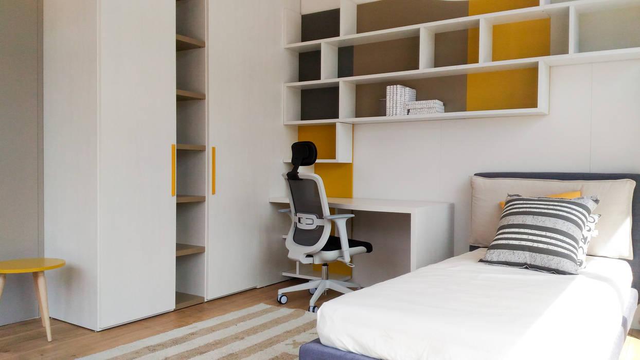 La cameretta: Camera da letto in stile  di Spaziojunior