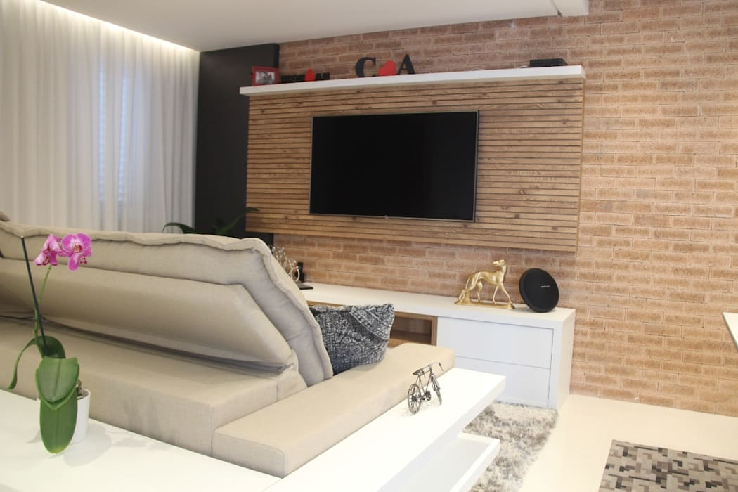 Eclectic style media room by PB Arquitetura Eclectic