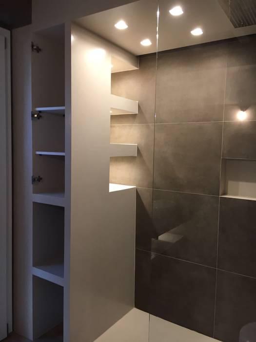 Bagno in suite - doccia: Bagno in stile in stile Moderno di Cozzi Arch. Mauro