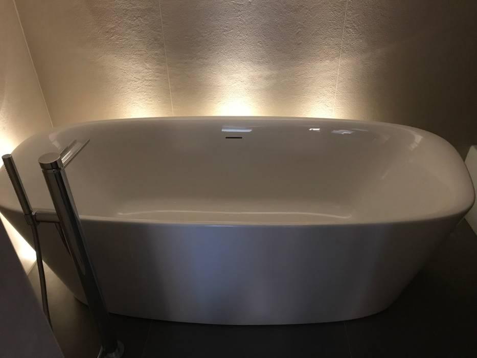 Bagno sottotetto: Bagno in stile in stile Moderno di Cozzi Arch. Mauro