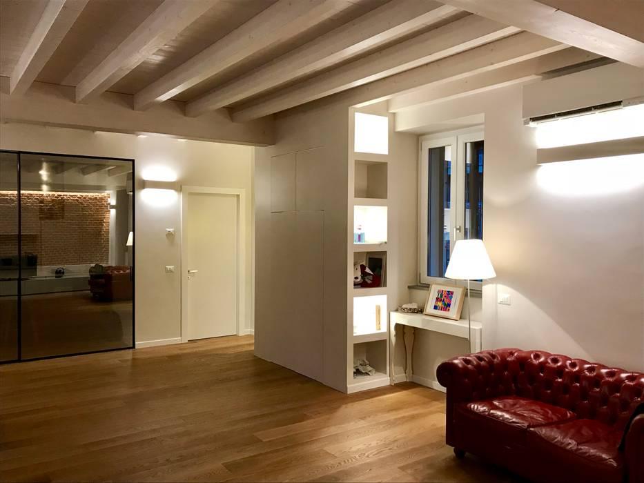 Vista angolo soggiorno: Soggiorno in stile in stile Classico di Cozzi Arch. Mauro