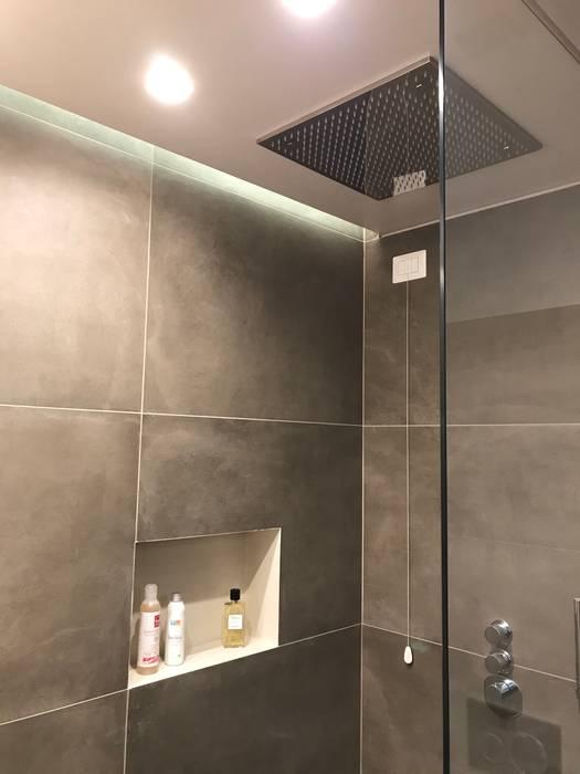 Bagno in suite: Bagno in stile  di Cozzi Arch. Mauro