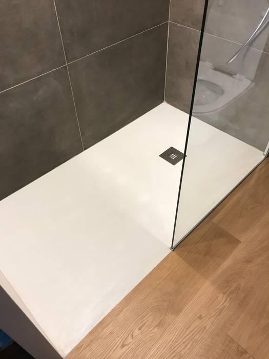 Piatto doccia: Bagno in stile in stile Moderno di Cozzi Arch. Mauro