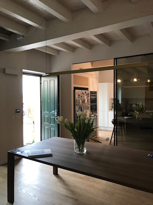 Zona pranzo: Sala da pranzo in stile in stile Classico di Cozzi Arch. Mauro