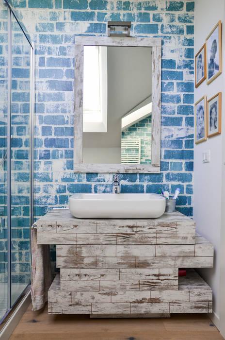 La mansarda di Federica e Luca: Bagno in stile in stile Moderno di Annalisa Carli