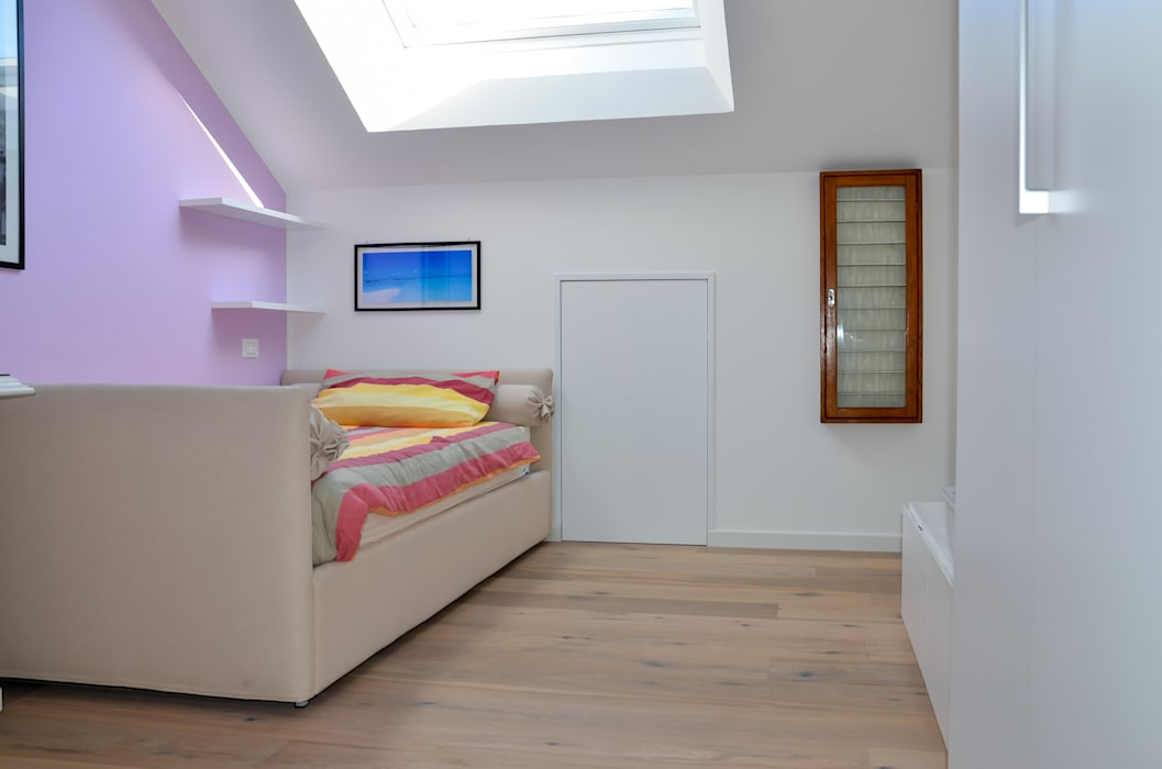La mansarda di Federica e Luca: Camera da letto in stile in stile Moderno di Annalisa Carli