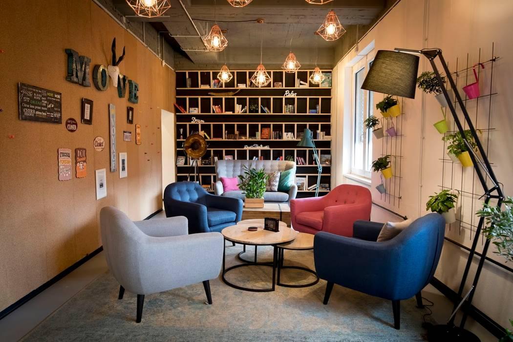 Lounge area with color block sitting pieces Klassische Wohnzimmer von Ivy's Design - Interior Designer aus Berlin Klassisch Holz-Kunststoff-Verbund