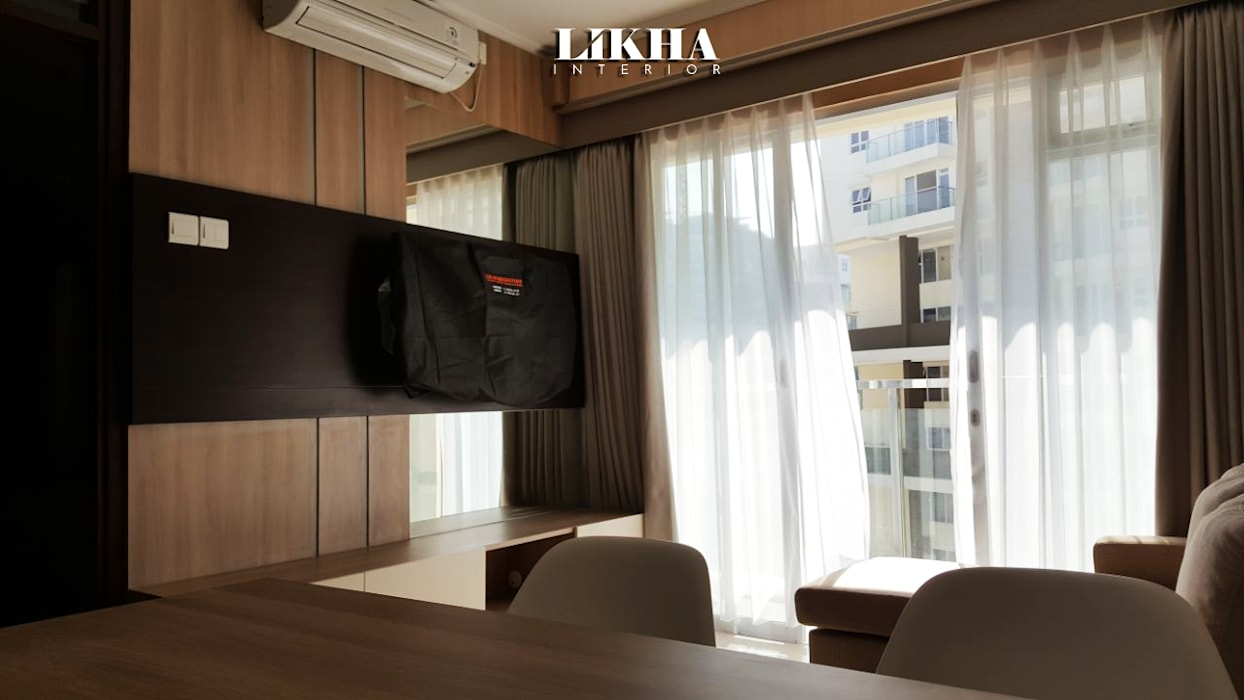 Wallpanel & Cabinet TV:  Ruang Keluarga by Likha Interior