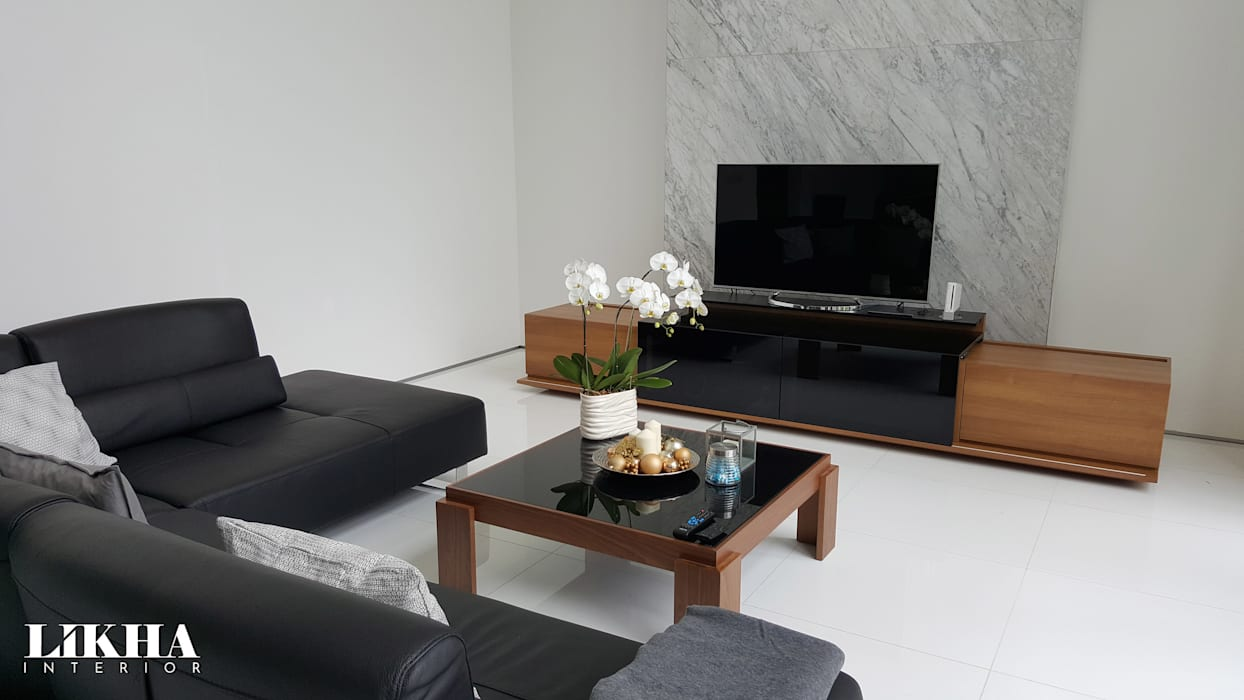 Living Room w/ Cabinet TV:  Ruang Keluarga by Likha Interior