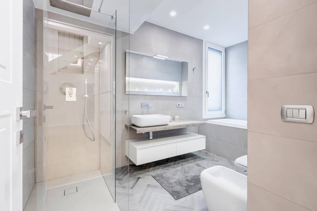 Bagno Stile Minimalista : Camere spaziose in stile minimalista bagno luminoso con vasca e