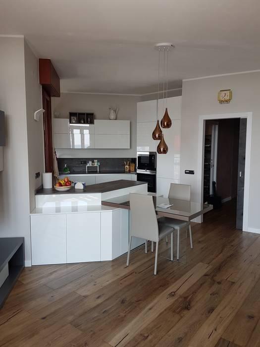 Cucina su misura laccato opaco bianco: Cucina attrezzata in stile  di Formarredo Due design 1967