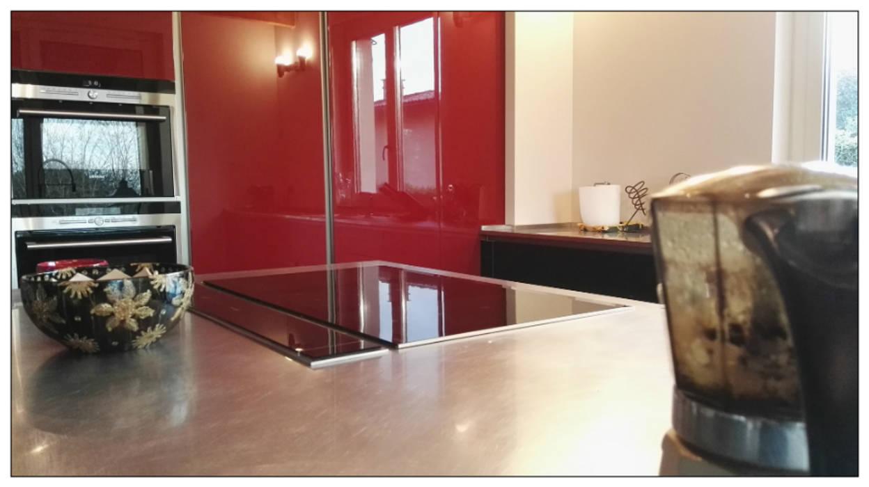 Cucina Laccato Rosso Lucido e Vetro Nero Opaco: Cucina attrezzata in stile  di Formarredo Due design 1967