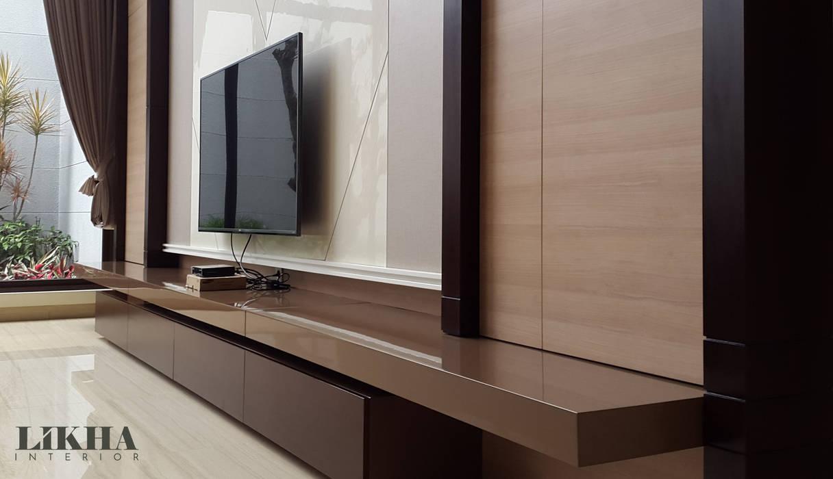 Ruang Tamu / Keluarga: Ruang Keluarga oleh Likha Interior, Minimalis Kayu Lapis
