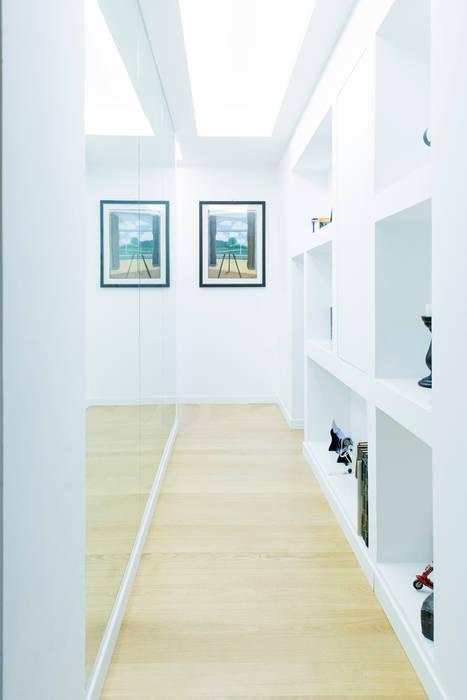 Il corridoio-galleria: Ingresso & Corridoio in stile  di VITAE DESIGN studio di architettura