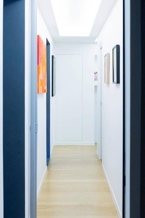 Il primo corridoio visto dal secondo: Ingresso & Corridoio in stile  di VITAE DESIGN studio di architettura