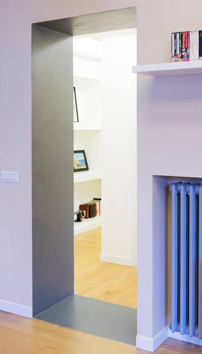 Uno dei due varchi tra corridoio e soggiorno-pranzo: Soggiorno in stile  di VITAE DESIGN studio di architettura