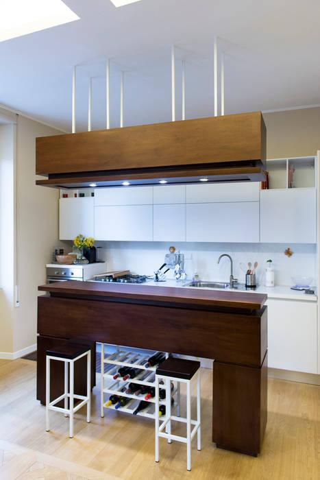 Il mobile-isola-contenitore della zona cucina: Cucina in stile in stile Minimalista di VITAE DESIGN STUDIO