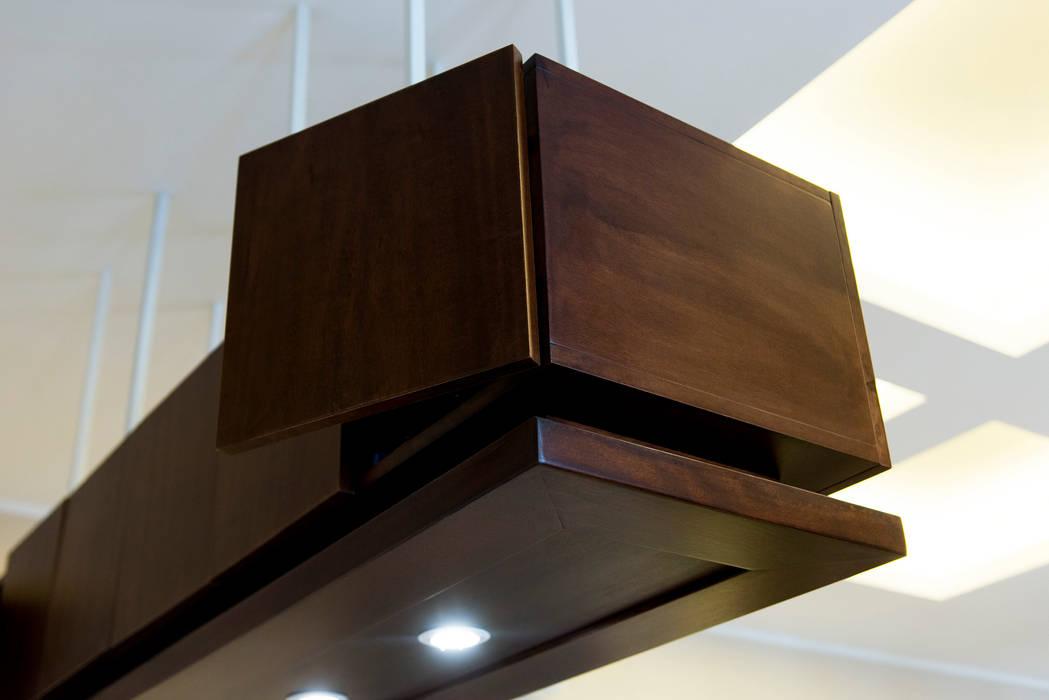 L'elemento sospeso sopra il mobile ad isola: Cucina in stile in stile Minimalista di VITAE DESIGN STUDIO